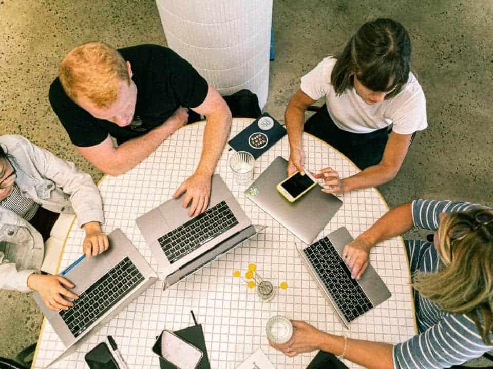 Imagem de jovens trabalhando em uma empresa de tecnologia, representando a abertura de vagas no Magalu