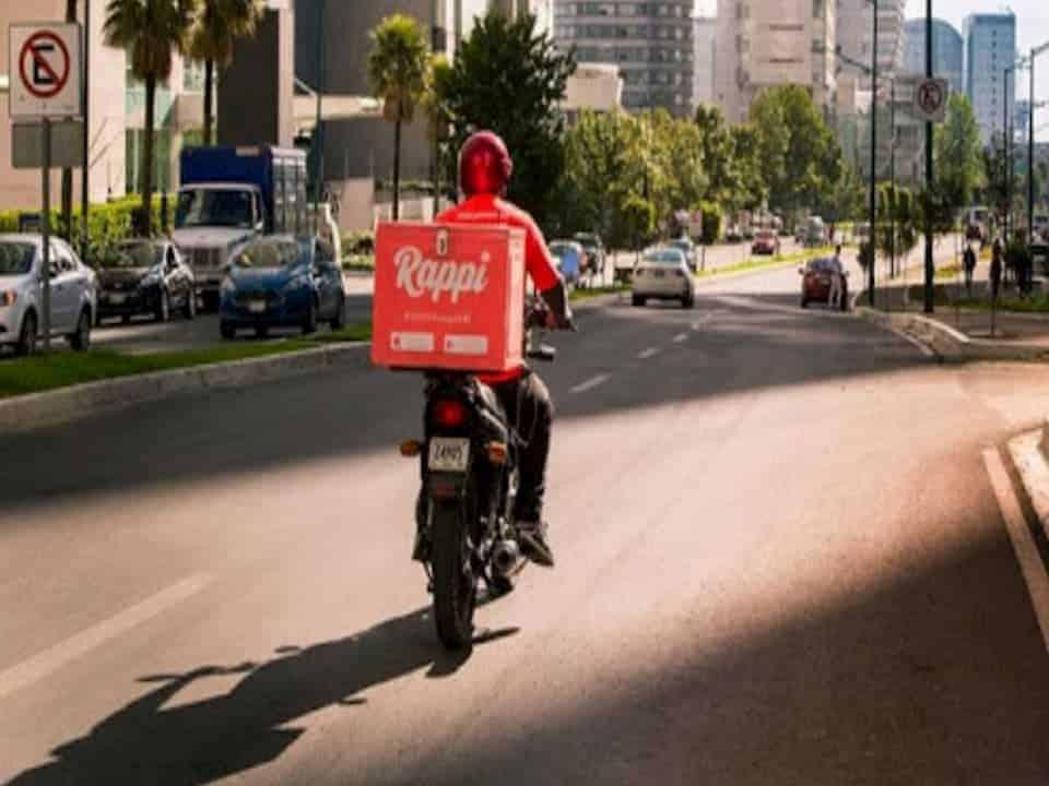 motorista de aplicativo em moto na rua representando auxílio-Covid para entregadores de aplicativo