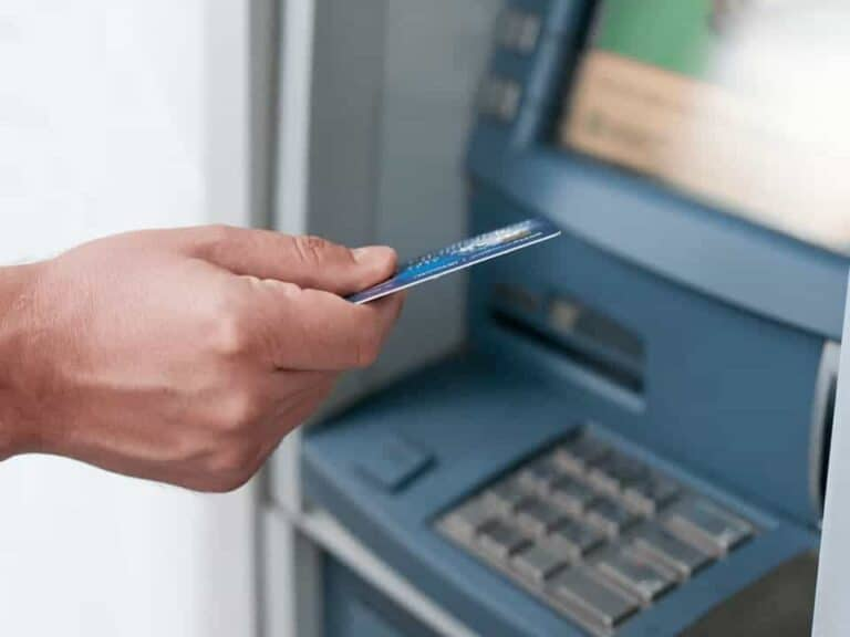 mão insere cartão em caixa eletrônico representando Rede Banco24Horas se planeja para fazer frente ao PIX