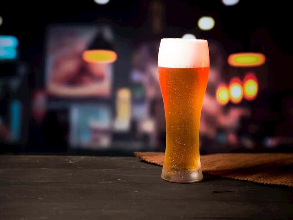 copo de cerveja em balcão, representando preço da cerveja deve aumentar