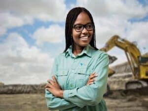 mulher negra com uniforma da Vale representando iversidade nos programas de trainee da Vale