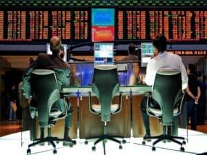 homens sentados operando na Bolsa de Valoresrepresentando rentabilidade dos fundos de ações