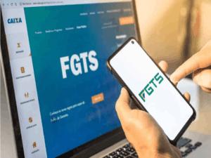 Imagem de uma pessoa acessando o site do FGTS para responder a pergunta em que o FGTS supera renda fixa