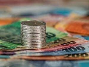 cédulas de dinheiro e moedas representando Renda Cidadã e gastos com aposentadoria