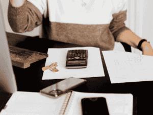 pessoa com calculadora e contas, representando abatimento do iptu 2021