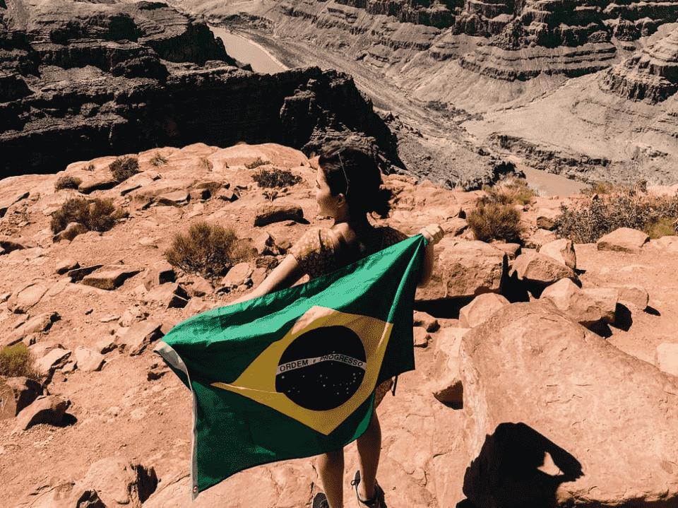 mulher com bandeira do brasil, representando amanhã é feriado
