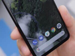 Imagem de um celular Android, que teve aplicativos retirados da Google Play por segurança