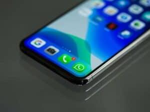 Imagem de um celular com aplicativos abertos, que receberão Atendimento via chatbot no Consórcio Magalu