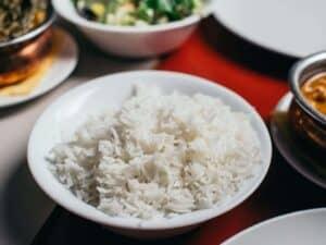 Imagem de um prato de comida representando o aumento no preço do arroz