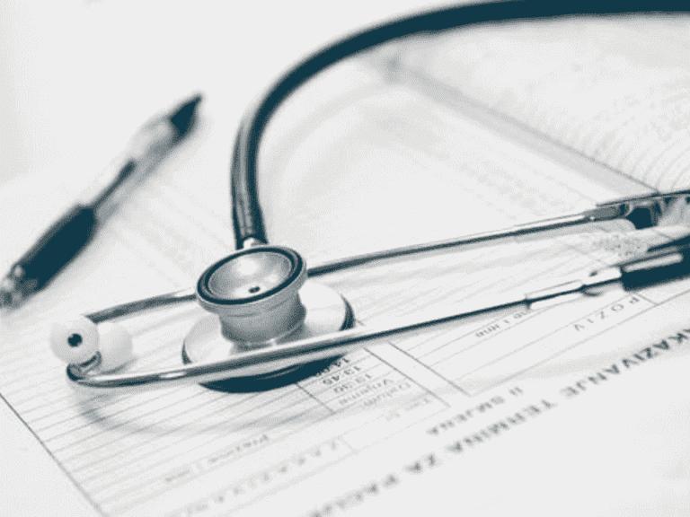 estetoscópio e papéis, representando aumento nos serviços de saúde