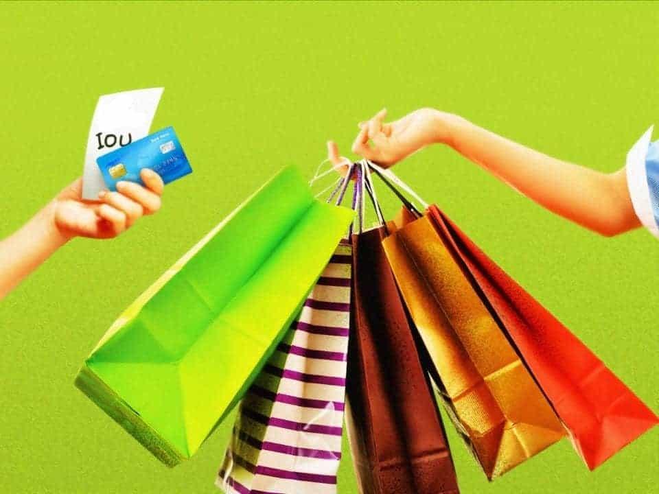 Imagem de um cartão de crédito e várias sacolas representando a notícia em que bancos participam da Semana do Brasil