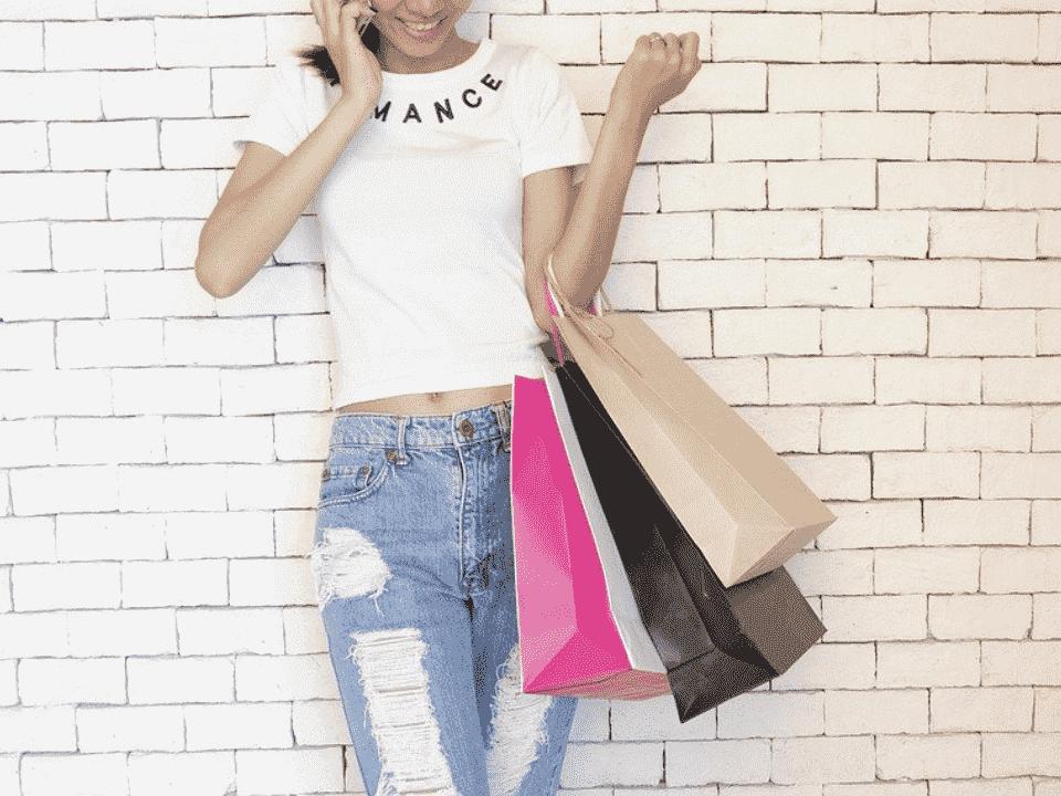 mulher com sacolas de compras, representando black friday brasileira