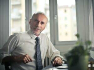 Imagem de um homem trabalhador no seu escritório em busca de entender mais sobre a calculadora INSS