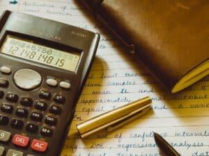 Imagem de uma pessoa usando uma calculadora para entender sobre o rendimento da poupança