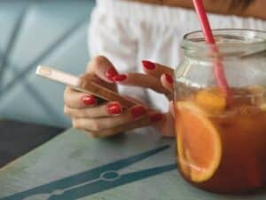 Imagem de uma pessoa usando seu celular para ver novidades sobre seu cartão BMG