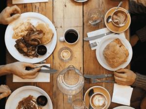pratos em mesa, representando carteiras digitais em restaurantes