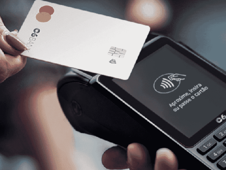 cartão c6 bank em maquininha, representando cartões adicionais sem anuidade
