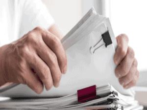 Homem analisa papéis para saber como fazer inventário