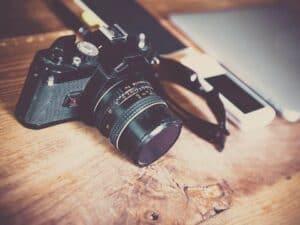 Imagem de uma câmera exemplificando o conteúdo que explica como ganhar dinheiro com fotografia