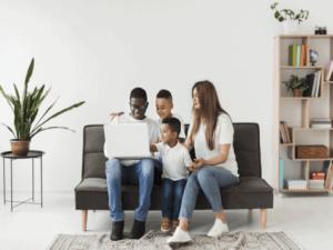 Família procura informações sobre como localizar o cartão Bolsa Família