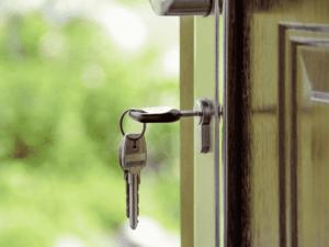 chave em porta, representando comprar ou alugar