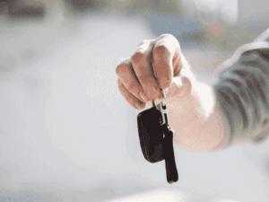 mão com chave, representando crédito imobiliário corrigido pela poupança