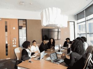 pessoas em escritório, representando crédito para proteção de empregos