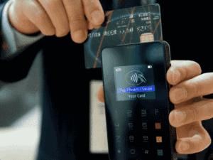 cartão sendo passado em máquina, representando crédito via maquininha de cartão