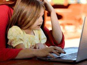 criança com mulher no computador, representando crianças e adolescentes poderão investir