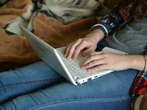 Imagem de uma pessoa acessando o computador para ver as novidades do débito online no Nubank