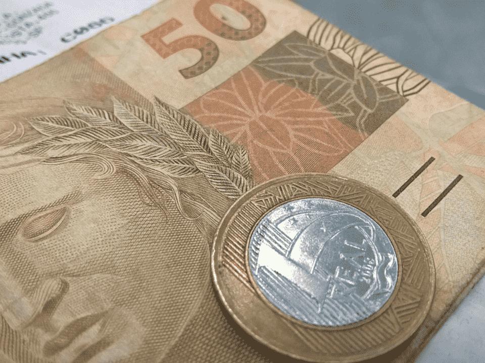 nota de 50 reais, representando décimo terceiro reduzido