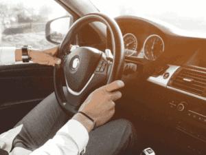 pessoa no volante, representando desconto em multas