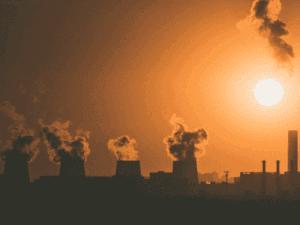 fábricas com fumaça, representando emissão de carbono