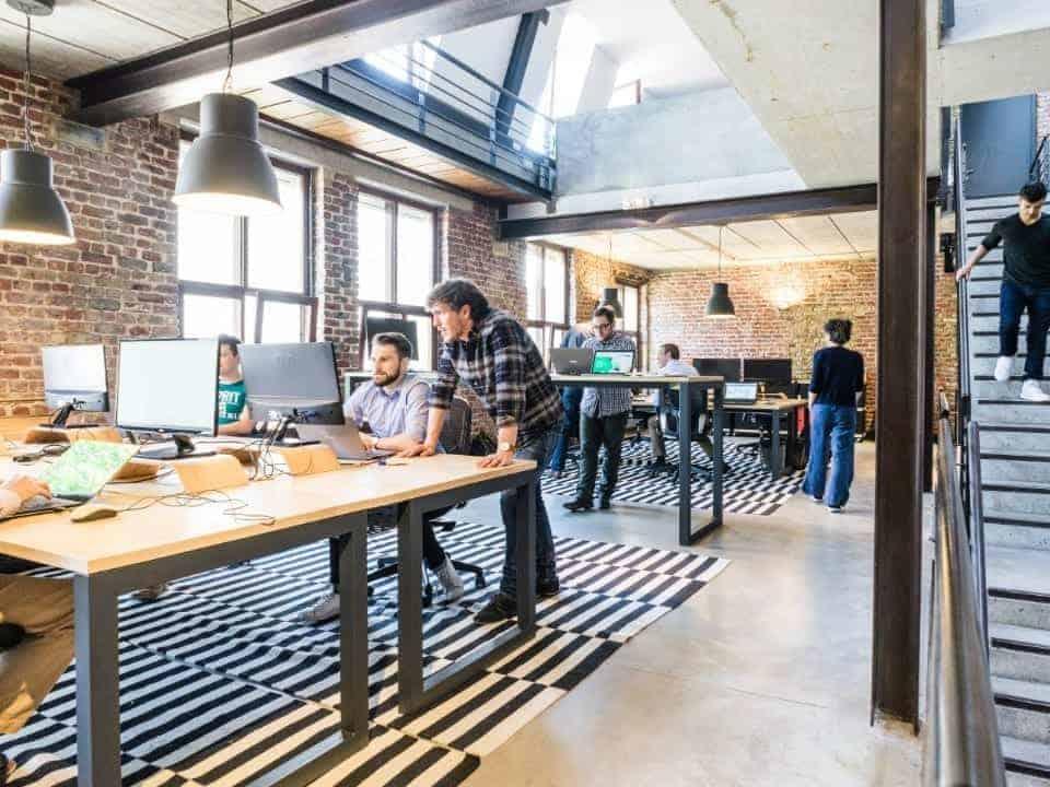 Imagem de pessoas em um ambiente de trabalho de tecnologia, representando os empregos mais buscados no LinkedIn