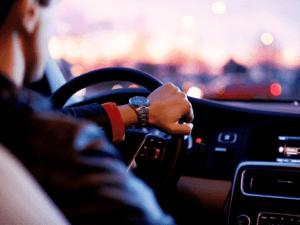 homem dirigindo, representando empréstimo a motoristas