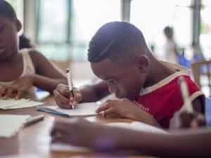 Imagem de um jovem estudando, espera-se que outros sejam impactados positivamente pela plataforma de empréstimo coletivo