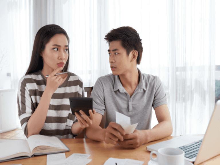 Casal calcula e percebe a necessidade de contratar um empréstimo com garantia de imóvel para negativado