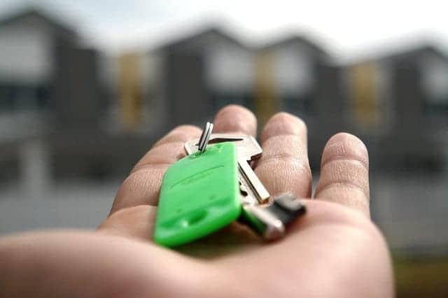 chaves de um imóvel na mão estendida como para entrega