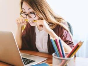 Imagem de uma jovem estudante, representando a notícia em que uma escola irlandesa oferece bolsas integrais para curso de inglês