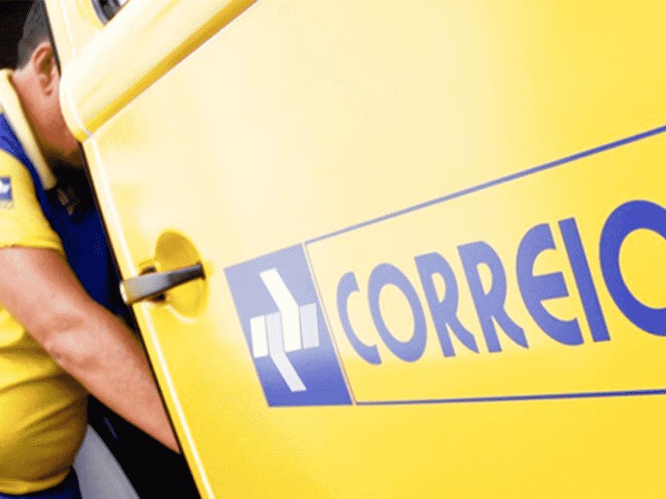 funcionário em carro dos correios, simbolizando fim da greve dos correios