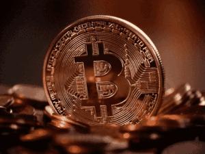moeda dourada com B, representando fundos em bitcoins