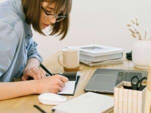 Imagem de uma mulher trabalhando para saber como ganhar 100 reais por dia