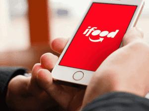 celular com logo do ifood, representando iFood facilita