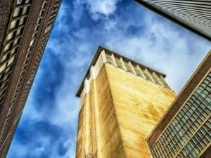 Imagem de um prédio comercial relacionado à notícia de que o Itaú realiza leilão de imóveis