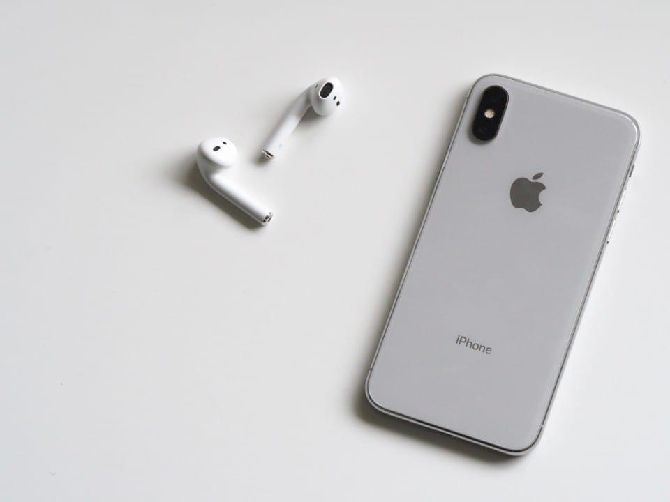 Imagem de um iPhone e um fone de ouvido representando o leilão da Receita Federal que acontece amanhã (09)