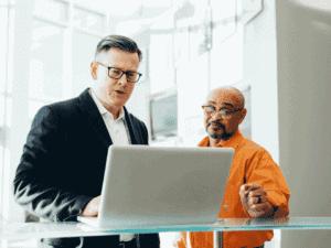 homens na frente de computador, representando linhas de crédito para pmes