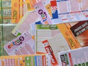 Imagem de bilhetes de loteria representando a notícia de que a Mega-Sena paga R$ 43 milhões hoje