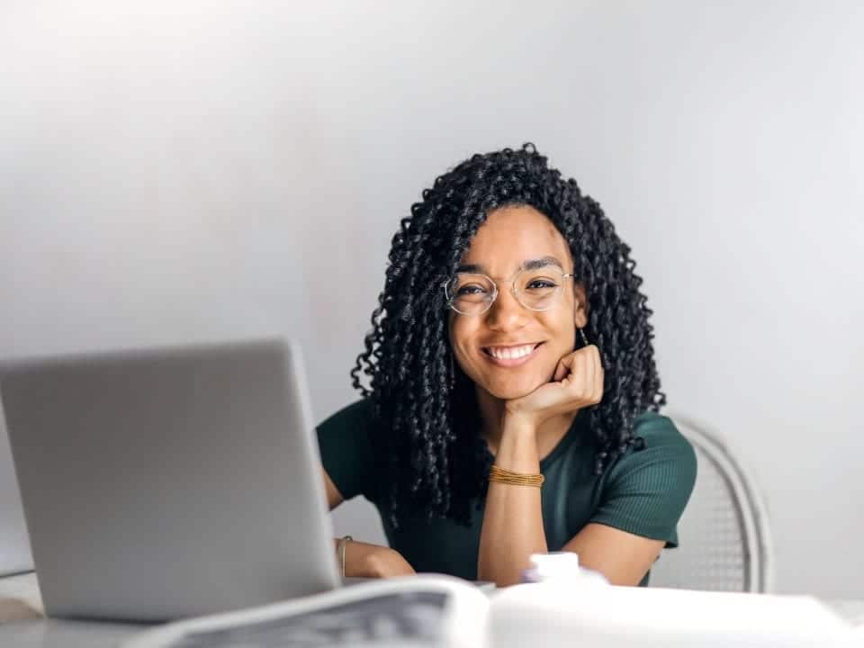 Imagem de uma jovem trabalhando, representando a notícia em que MEIs não precisarão de alvará para funcionar