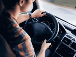 homem no volante, representando modelos de carros usados