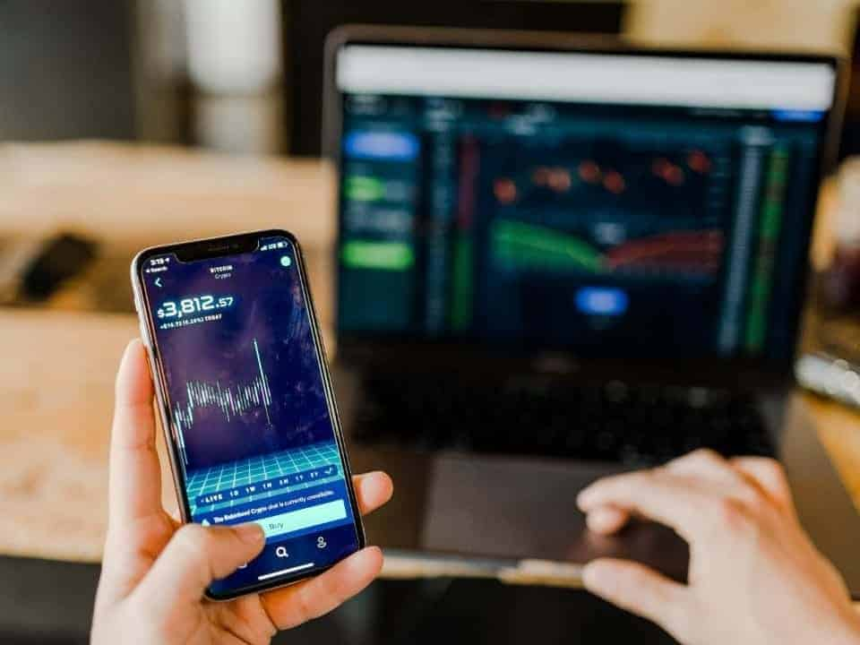 Imagem de uma pessoa acessando seu celular para ver criptomoedas. Imagem representa a notícia em que no futuro deve ser lançada a moeda digital do Banco Central